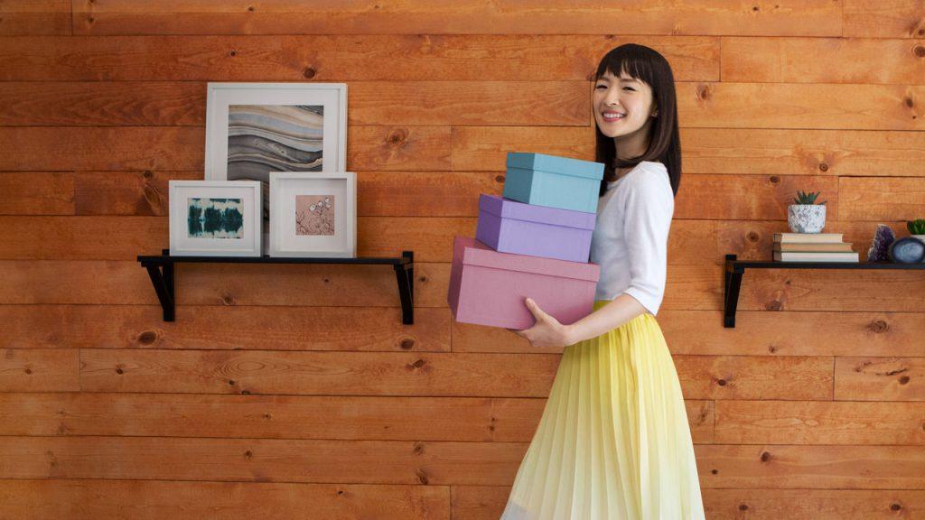 Foto da Marie Kondo carregando caixas