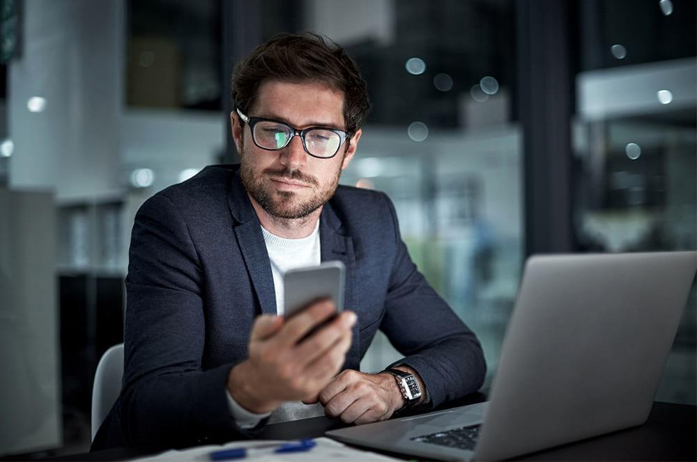 Homem olhando para o celular