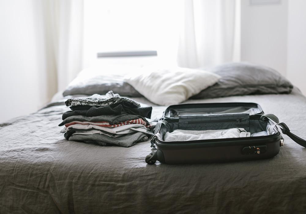 Mala roupas sob a cama