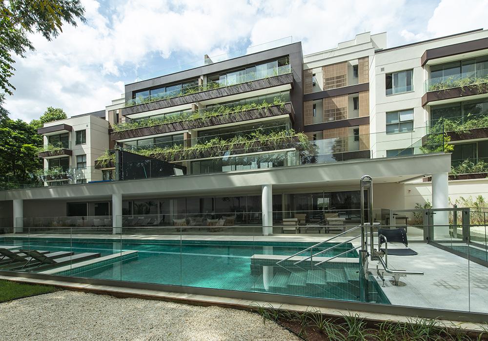 Imagem de um condomínio com piscina.