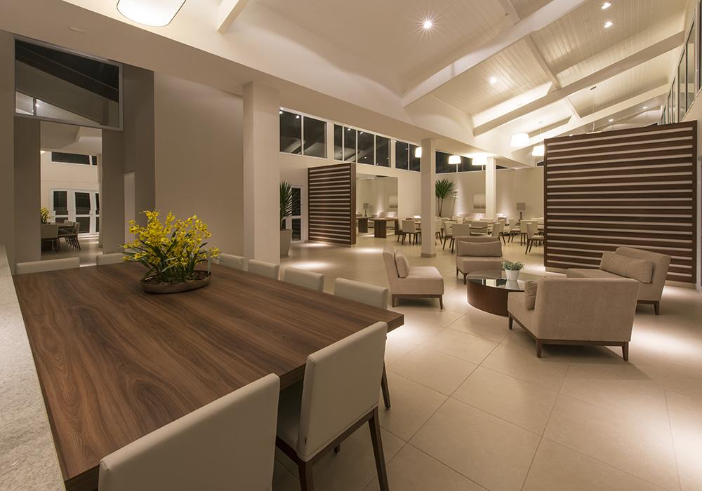 Imagem de uma sala bem iluminada com uma decoração moderna.