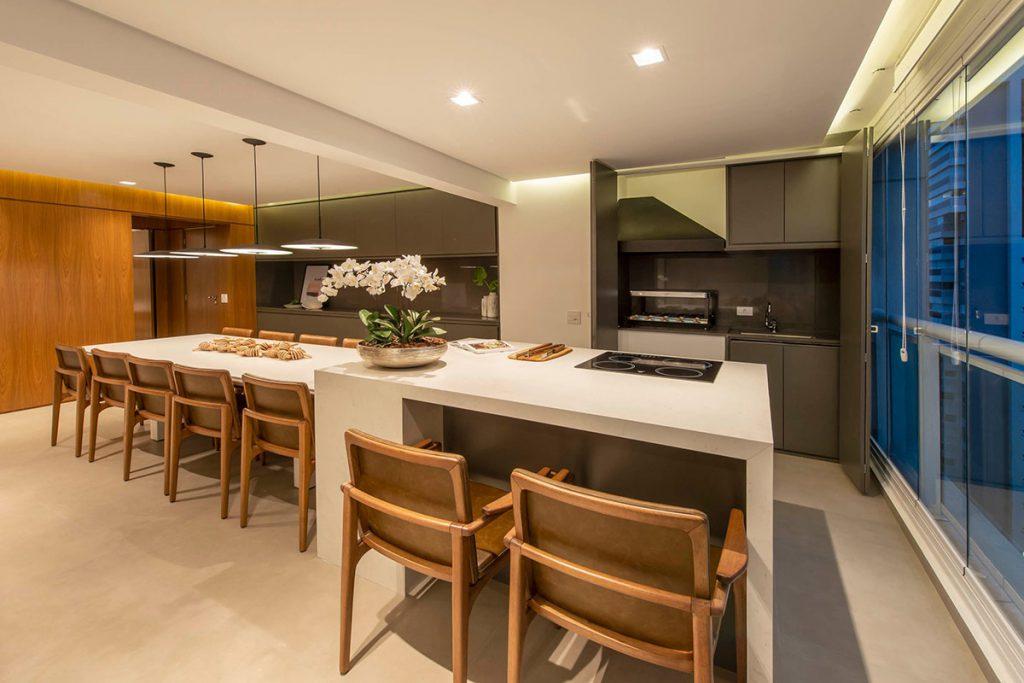 Cozinha moderna com uma super mesa.