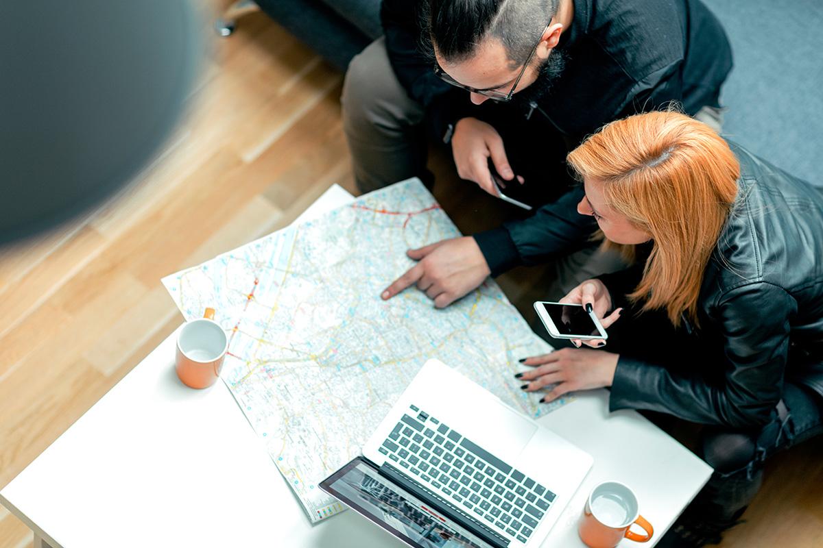 pessoas analisando um mapa