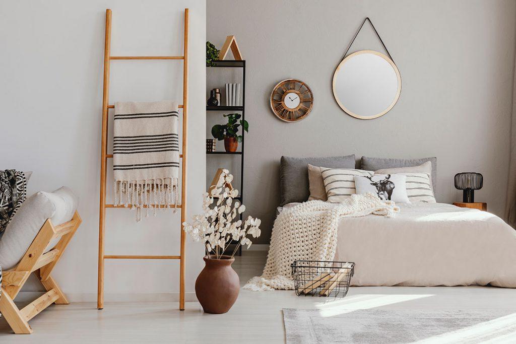 imagem mostra a decoração de um quarto em tons claros e moderno.