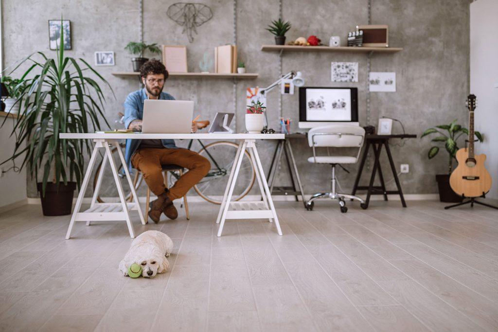 Homem trabalhando em frente ao notebook