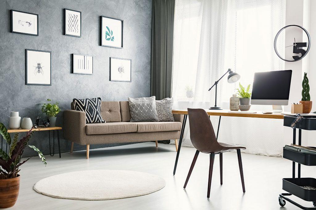 Espaço home office com sofá