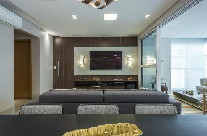 Sala de estar com tv no painel