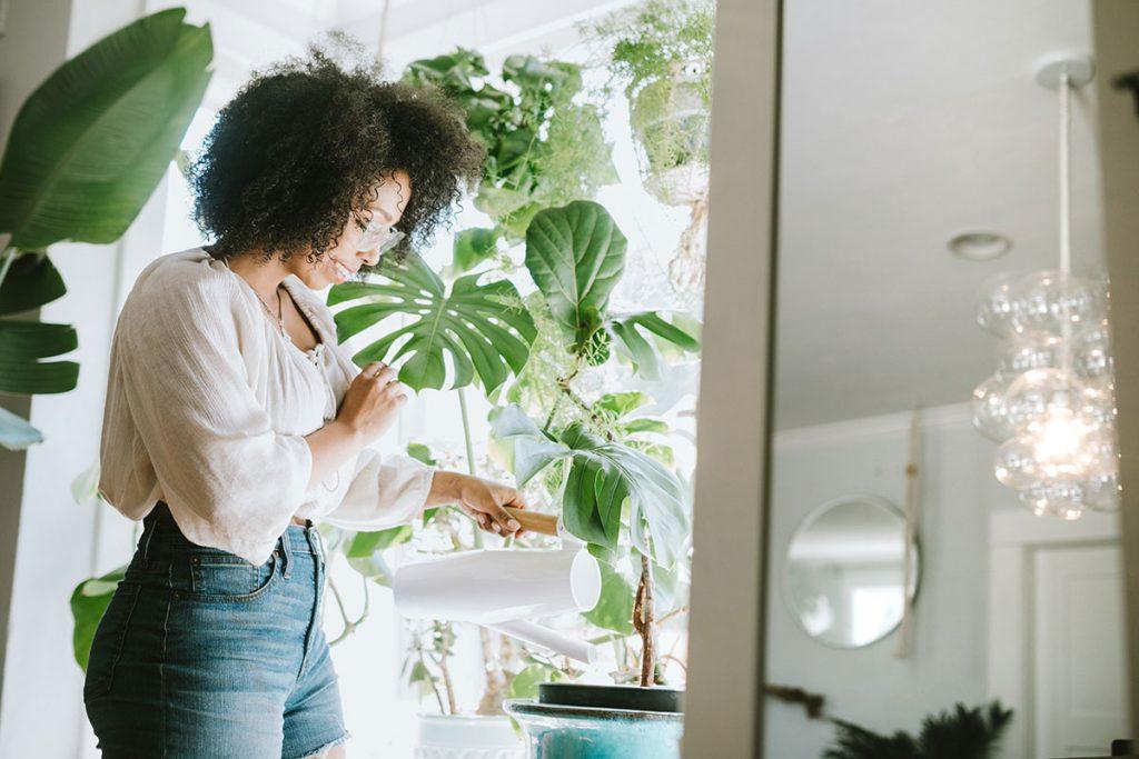 mulher regando as plantas