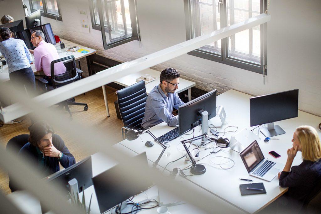 Homem trabalhando em frente ao computador