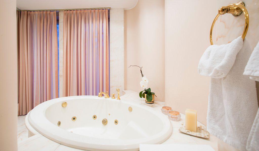 Banheiro com decoração em detalhes dourados