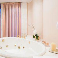 Metais dourados para o banheiro: inovação e elegância