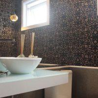 Papel de parede na decoração de banheiro? veja os resultado incríveis.