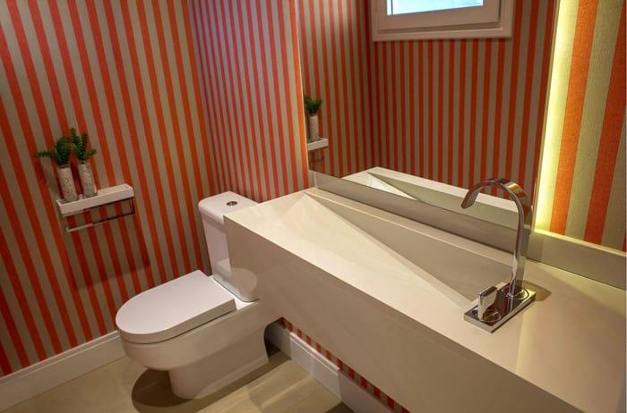 Imagem de um banheiro com papel de parede