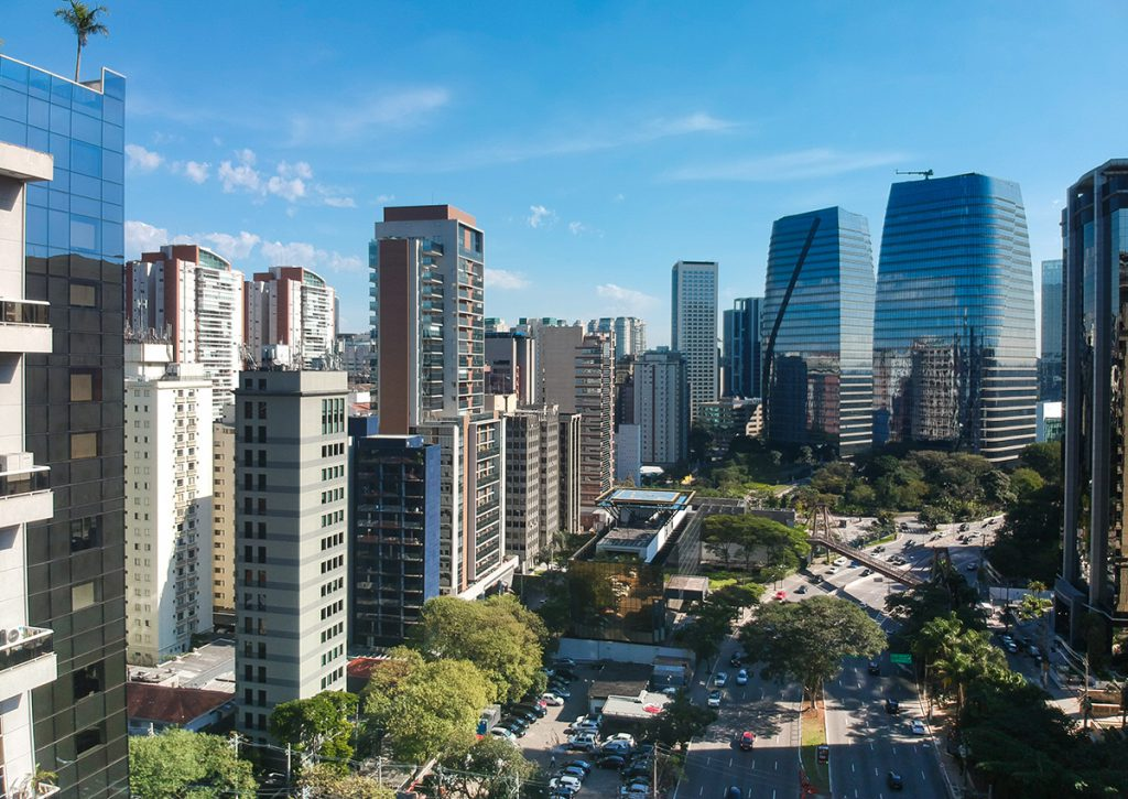 Imagem de vários prédios e uma avenida.
