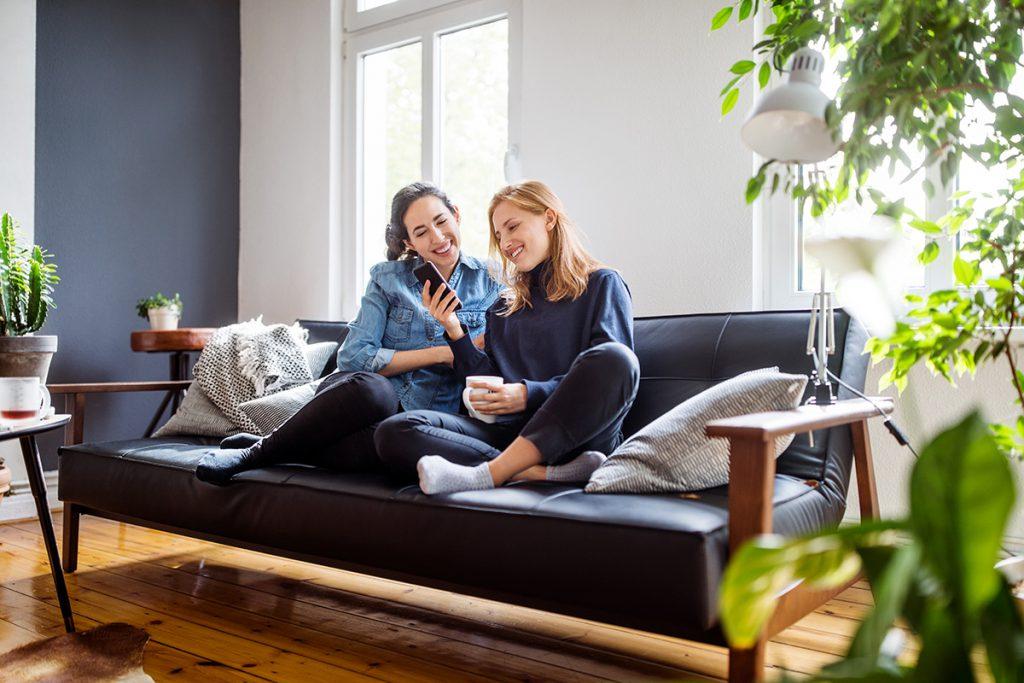 imagem mostra duas mulheres mexendo no celular