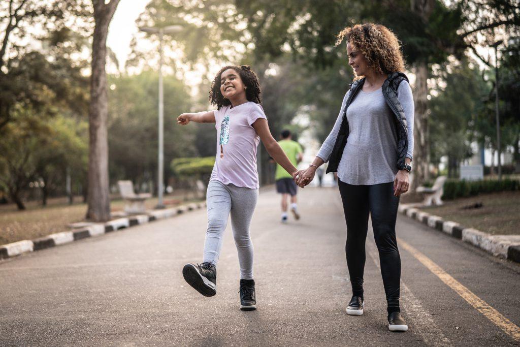 Imagem mostra mãe e filha caminhando