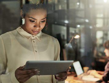 Imagem mostra moça mexendo em um ipad