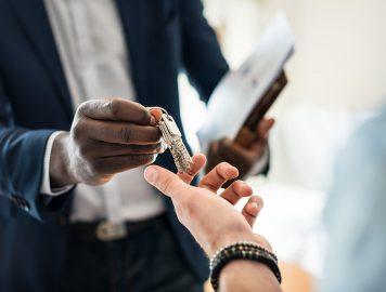 Imagem mostra homem entregando as chaves