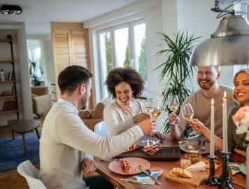 Imagem mostra pessoas sorrindo e brindando