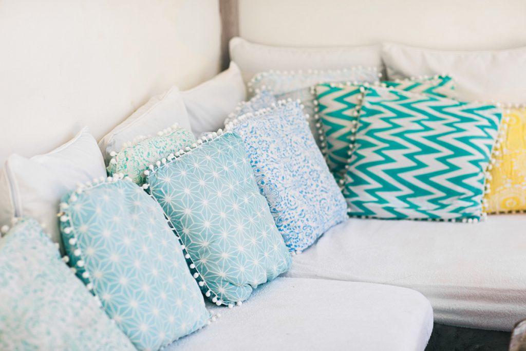 Sofá com varias almofadas coloridas