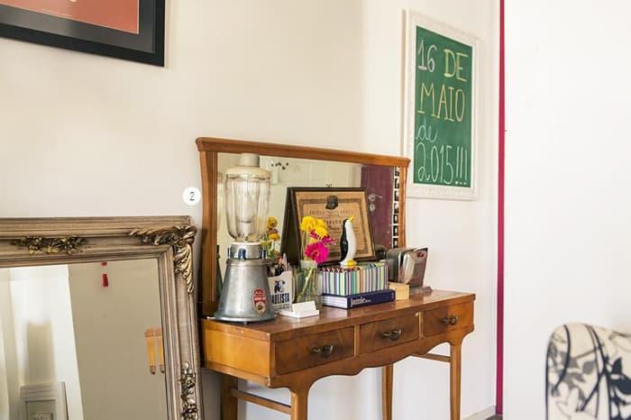 imagem de um comodo com aparador antigo decorado