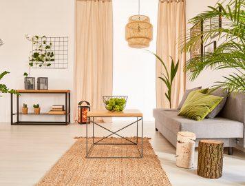 Sala com plantas e cores claras