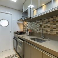 Como aumentar o espaço de sua cozinha compacta com os móveis certos