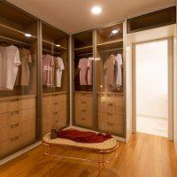 Closet: dicas de montagem de layout e organização de roupas