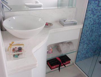 Confira 4 dicas de pia para aumentar o espaço em banheiros pequenos